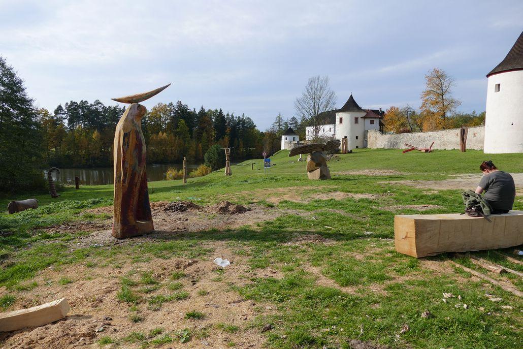 Kastell mit Skulpturenwiese